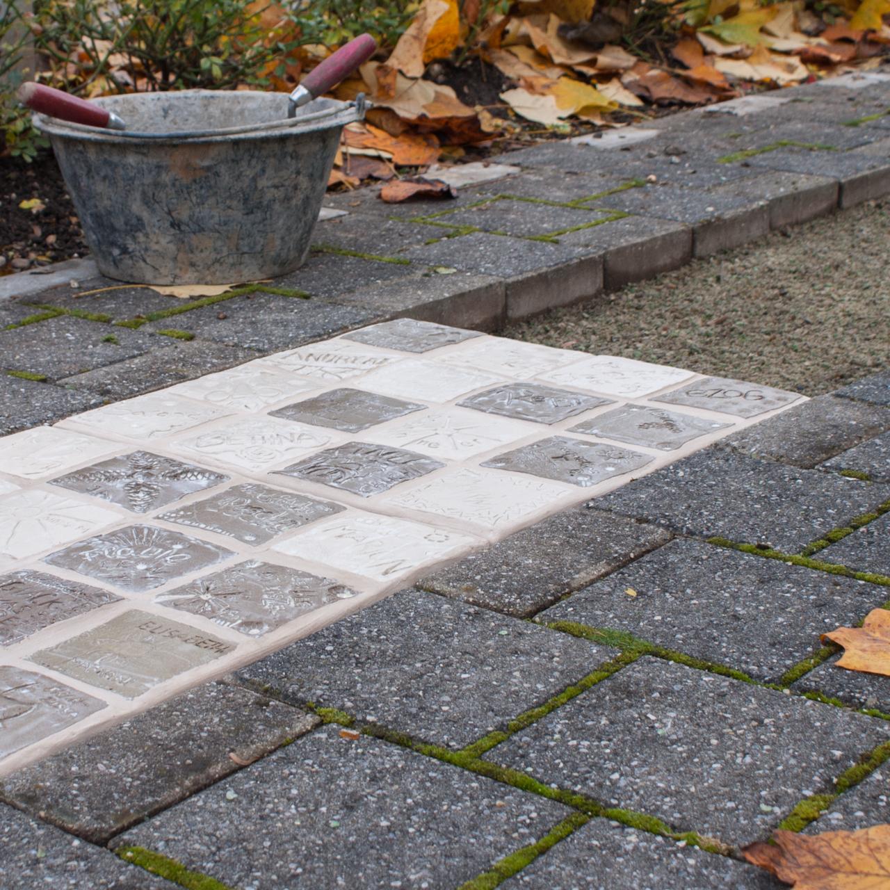 Walk Of Fame Plattenweg von Judith Kaffka, kunstpunkt-bern.ch, erstellt für das Spital Tiefenau in Bern, Schweiz