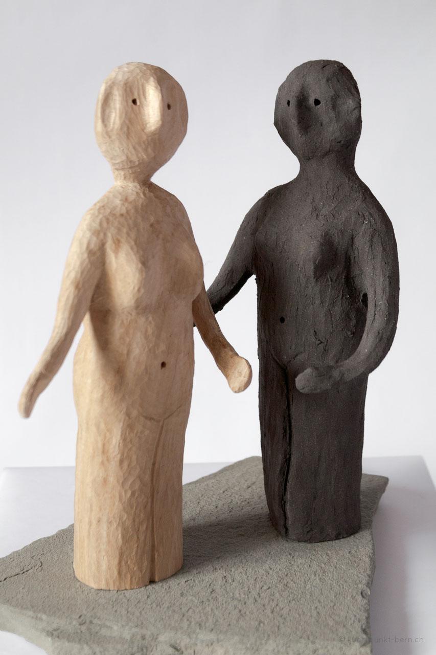 Zwei Mollige vom Fischmarkt - Skulptur aus Holz und Ton von Judith Kaffka
